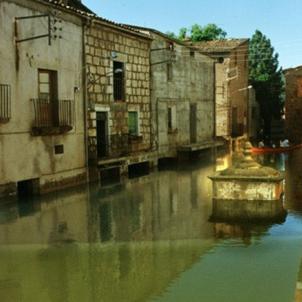 S'inaugura el pantà de Rialb, el més gran de Catalunya. El poble vell de Tiurana, parcialment inundat. Font Castells de Lleida
