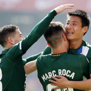 Wu Lei Embarba Marc Roca Sevilla Espanyol EFE