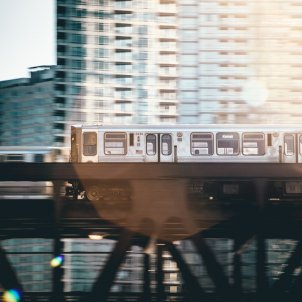 sawyer bengtson transport public tren ciutat unsplash
