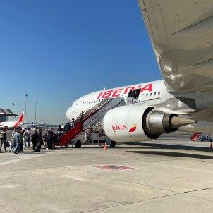 Varios pasajeros subiendo a un avión de Iberia. Foto: Efe