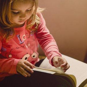 nena llegint unsplash