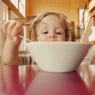 Niño desayuno Unsplash