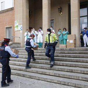 coronavirus   mossos reparteixen material sanitari   trueta girona   ACN