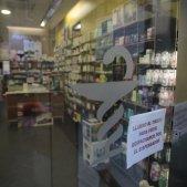 Coronavirus mascaretaFarmacia tancada Sanitaris - Sergi Alcàzar