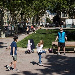 coronavirus nens carrer barcelona efe