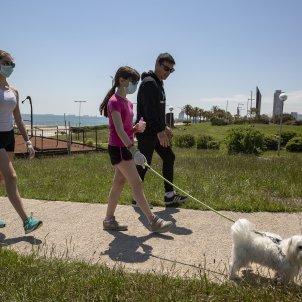 desconfinament nens mascareta gossos carrers gent poblenou coronavirus - Sergi Alcazar