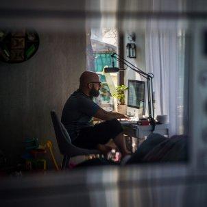 Un home teletreballant a casa seva. Foto: Efe