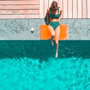 Mujer piscina Unsplash