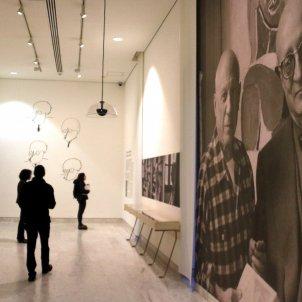 Gran fotografia de Sabartés i Picasso en una de les sales de la nova exposició temporal de Museu Picasso/ACN