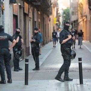 ELNACIONAL mossos plaça de la vila coronavirus - sergi alcazar