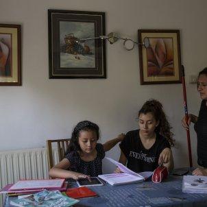 coronavirus vulnerables crisi Mayra filles deures tablet nens casa confinament - Sergi Alcazar