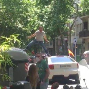 home manifestacio vox sobre cotxe - captura video guillem camos