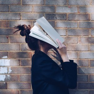 Mujer libro Unsplash