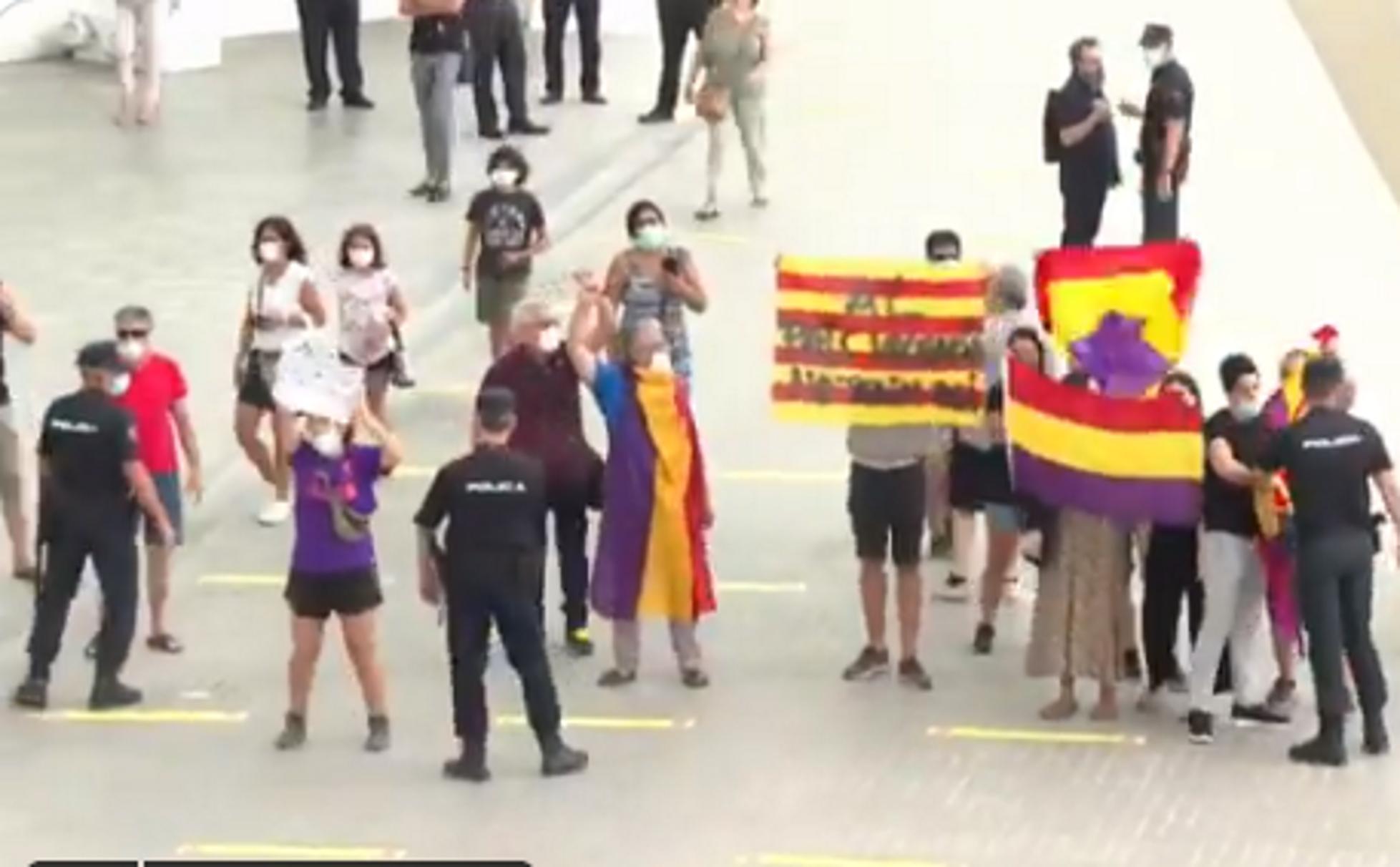 VÍDEO | Protesta contra Felipe VI y Letizia en València con ...