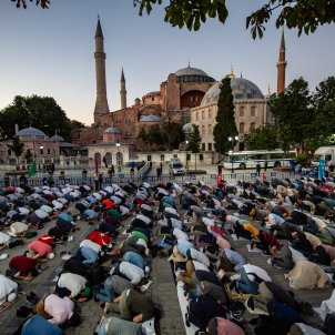EuropaPress 3230628 dpatop 10 july 2020 turkey istanbul muslims perform evening prayers in