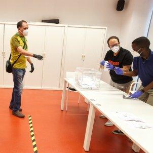 Interventors al recompte en una taula electoral d'un col·legi electoral de Vitoria 20200712 (EFE)