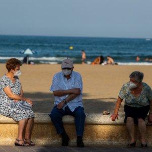 EuropaPress 3179613 tres ancianos descansan paseo maritimo playa malvarrosa fase desescalada