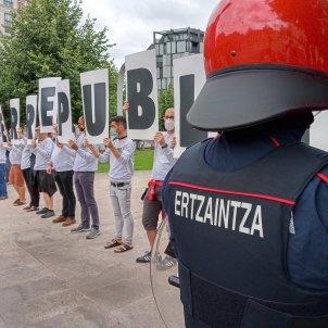 EuropaPress 3239690 agentes ertzaintza vigilan bilbao desarrollo concentracion convocada sortu