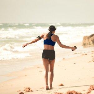 Caminando playa Unsplash