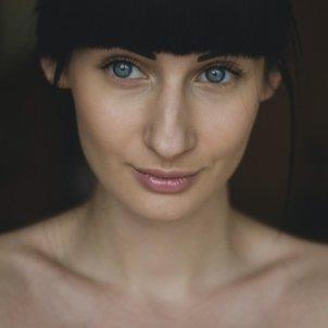 Mujer maquillada Pexels