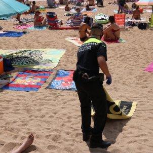 policia palafrugell retira tovallola platja acn