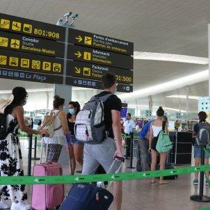 Pla general de passatgers fent cua per accedir a la T1 de l'Aeroport del Prat acn
