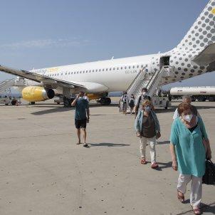 Llegada de un vuelo de la compañía vueling en medio de la pandemia. Foto: Sergi Alcàzar
