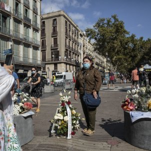 Homenatge atemptat 17-A La Rambla ofrena floral - Sergi Alcazar