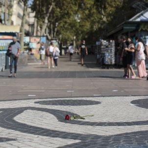Rosa mural Miró Homenatge atemptat 17-A La Rambla ofrena floral - Sergi Alcazar