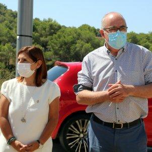 Imatge del conseller Bargalló amb l'alcaldessa de Canyelles, Rosa Huguet / ACN