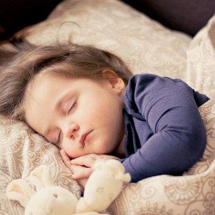 nena dormint pixabay
