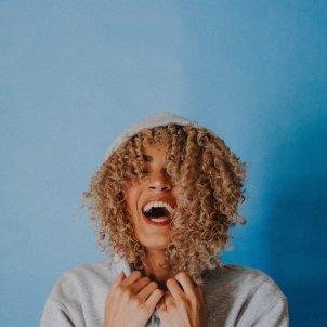 Mujer riendo Unsplash