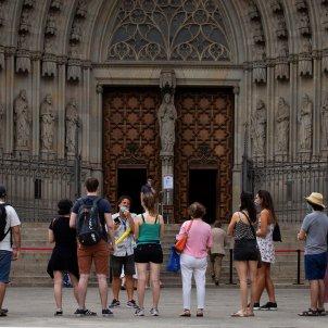 Un grupo de turistas ante la Catedral de Barcelona. Foto: Efe/Enric Fontcuberta
