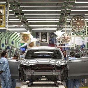 Varios trabajadores de la planta de pintura de Ford en Almussafes (Valencia), revisan una carrocería tras su paso por la zona de pintura. Foto: Efe/Manuel Bruque/Archivo
