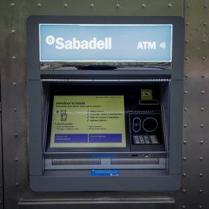 Caixer del Banc Sabadell a Barcelona. Foto: Europa Press