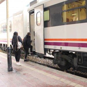 Diversos passatgers pujant a un tren en una estació d'Adif. Foto: Europa Press