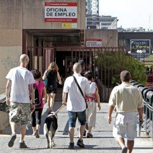Diverses persones es dirigeixen cap a l'oficina d'ocupació d'Azca a Madrid. Foto: Efe / J.L. Pi / Arxiu