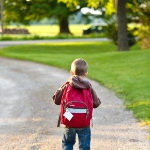 Niño camino al colegio PxHere