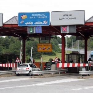Pla de detall on es veuen dos cotxes i un camió passant pel peatge del Túnel del Cadí. Foto: ACN