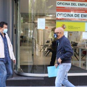 Un home amb màscara passa per una oficina d'ocupació aquest setembre. Foto: Europa Press