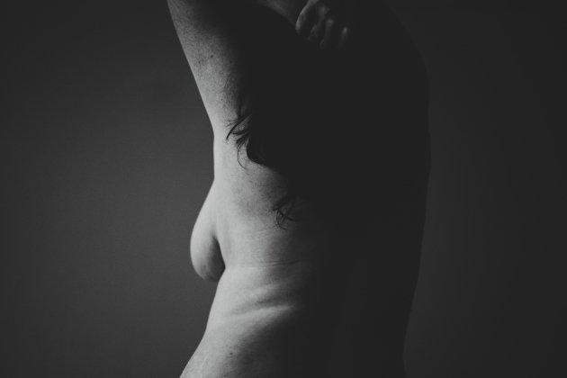 Mujer desnuda de espaldas