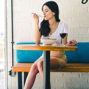 Mujer comiendo Unsplash