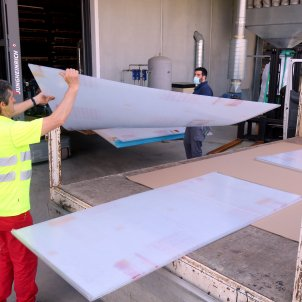 Operaris carregant plàstics per fer separacions a la indústria a la nau de Polimer Tecnic. Foto: ACN
