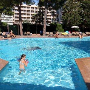 Pla general de turistes banyant-se a la piscina de l'Hotel Golden Port Salou. Foto: ACN