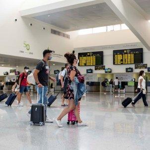 Diverses persones passegen per la terminal de sortides de l'aeroport de Menorca. Foto: Efe / David Arquimbau / Arxiu