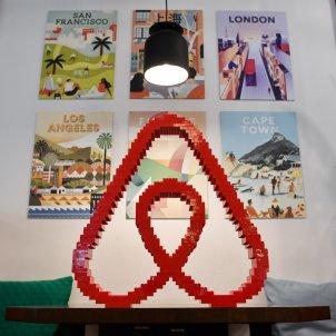 Una visió general del logotip d'Airbnb a la seva oficina a Alemanya. Foto: Europa Press