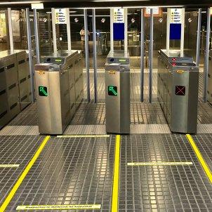 Pla general de diverses màquines validadores d'una estació d'FGC amb línies a terra per separar els passatgers. Foto: ACN
