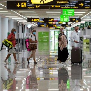Aeroport a les Illes Balears on hi ha diversos passatgers amb mascareta. Foto: Efe