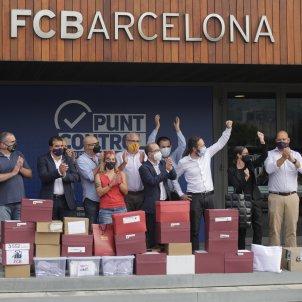 Representants moció censura amb les firmes a Can Barça / Sergi Alcàzar