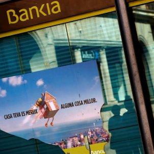 Foto de una oficina de Bankia frente a una de CaixaBank. Foto: Efe